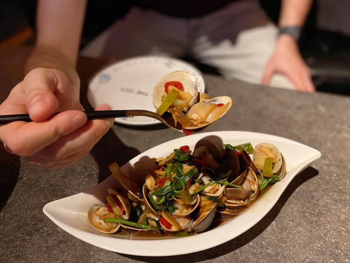 Stir-fried clams (focused)